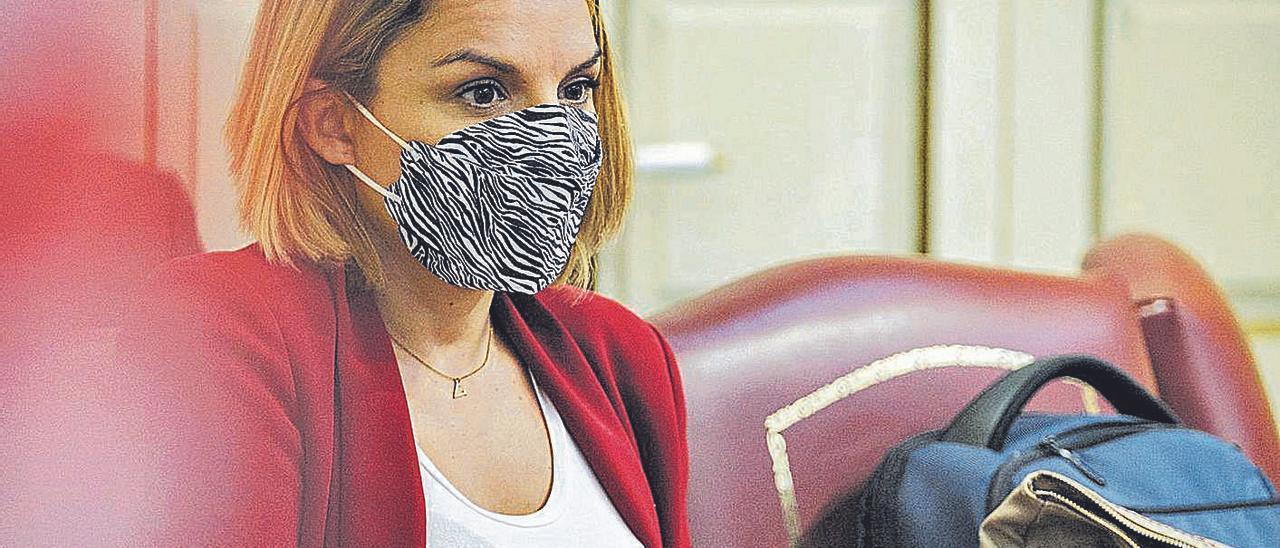 Noemí Santana en su escaño de la bancada del Gobierno en el Parlamento regional.     ANDRÉS GUTIÉRREZ