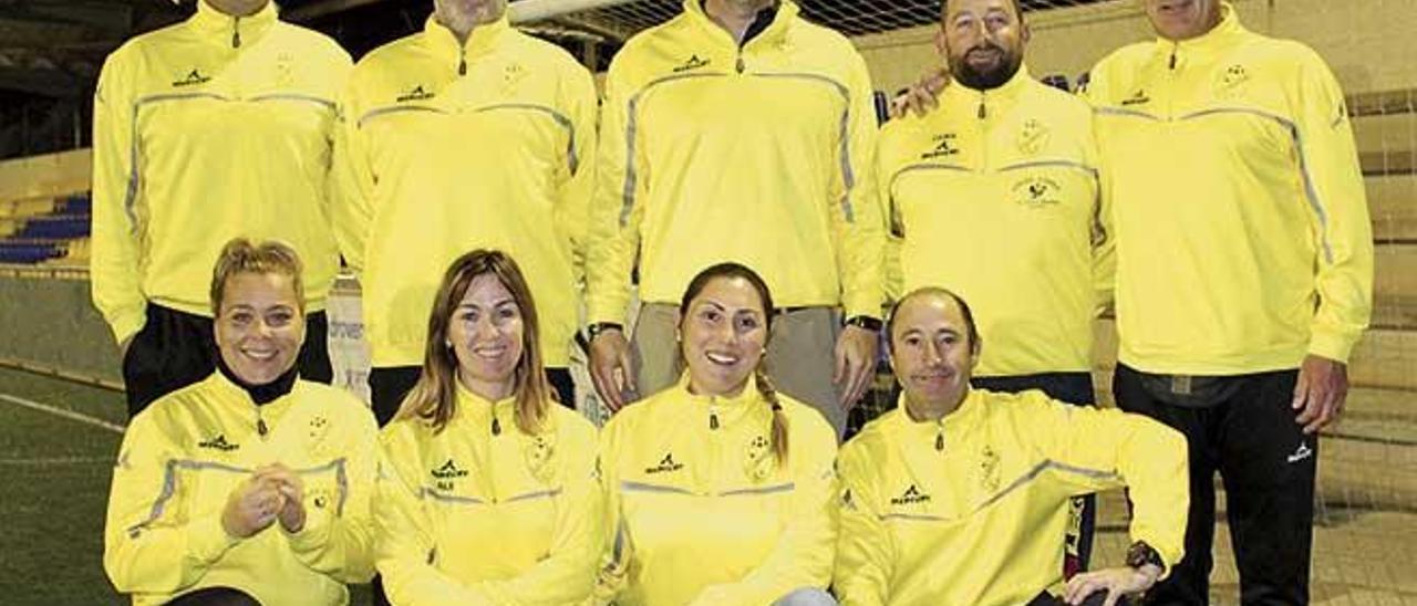 Toni Megías, de pie en el centro, posa con la nueva junta directiva del Club Deportivo Cala d'Or.