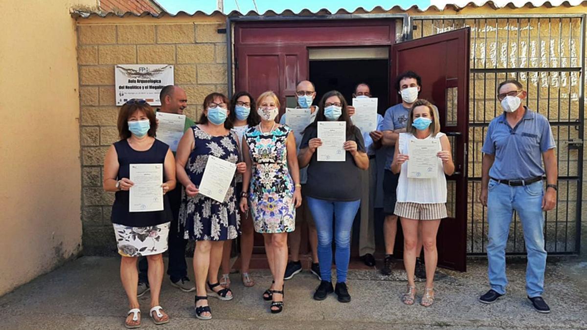 Los alumnos del taller de empleo de Morales de Rey, con la alcaldesa (tercera por la izquierda) y los profesores, en la entrega de diplomas.   E. P.