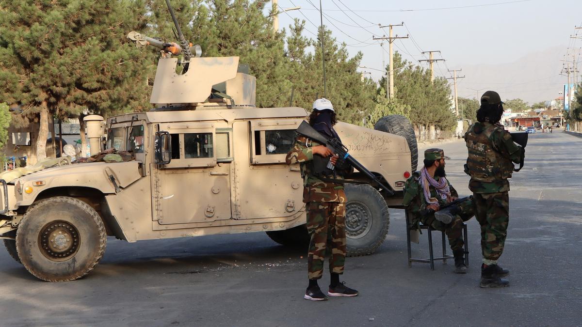 Un grupo de talibanes con un vehículo sustraído al ejército afgano patrulla en Kabul.