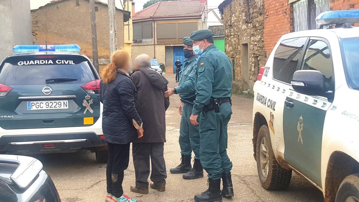 La Guardia Civil acompaña al anciano tras ser localizado