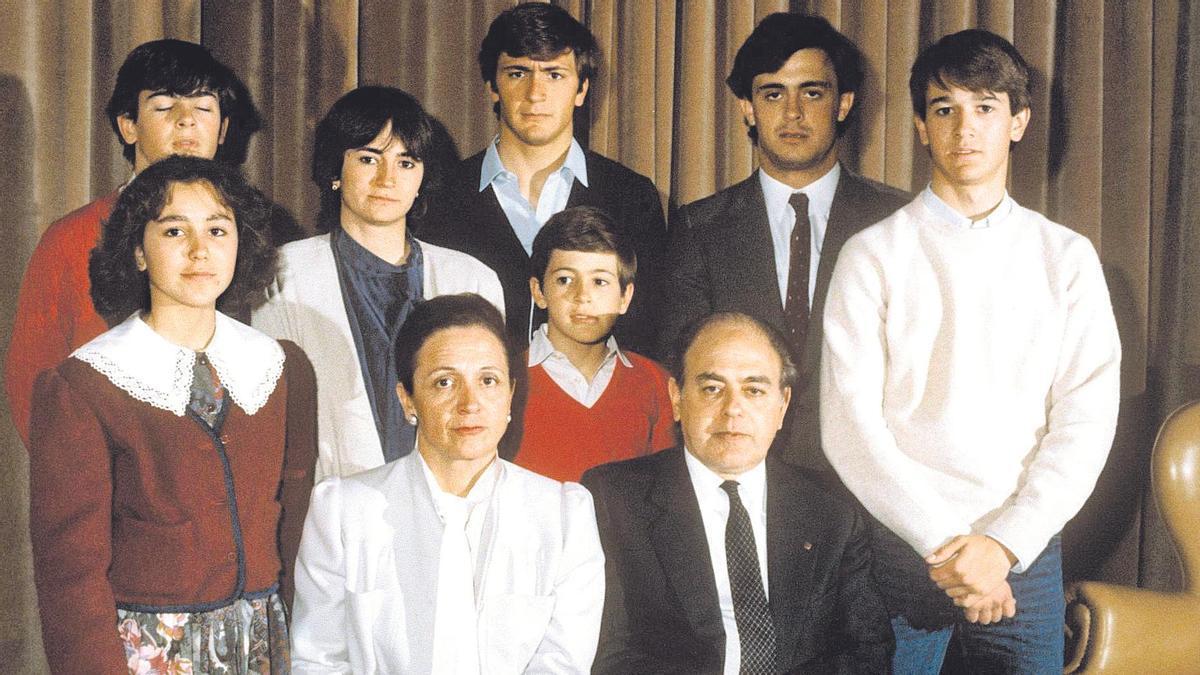 1986 / Jordi Pujol, posa con su esposa Marta Ferrusola y sus siete hijos. Mireia, Oriol (ojos cerrados), Marta, Josep (camisa azul), Oleguer (el más pequeño), Jordi (con corbata) y Pere