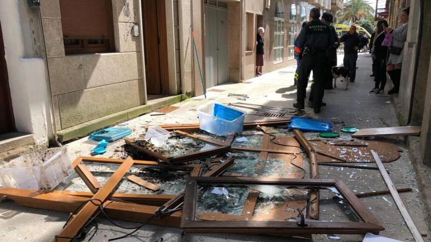 Una explosión en el centro de Cangas revienta la fachada de una casa
