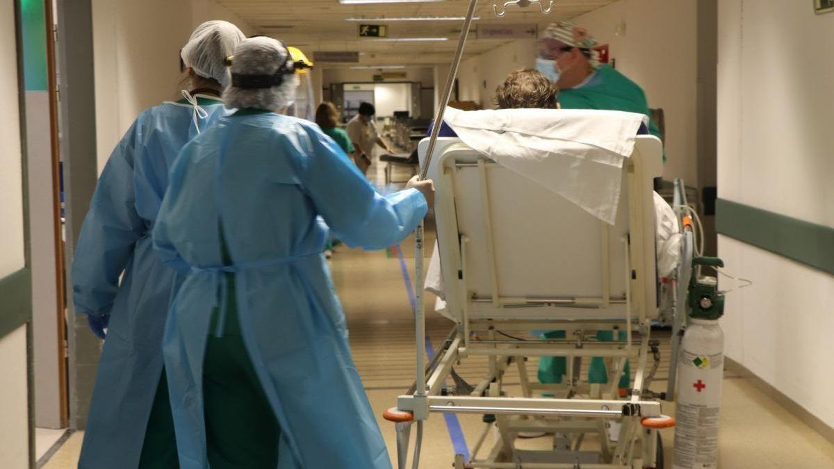 Atención a un paciente covid en el hospital Reina Sofía.