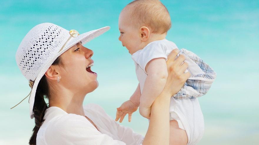 ¿Puede un bebé de un año tomar el sol?