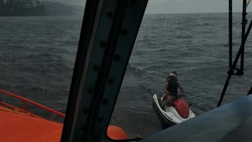 Rescatan a los dos ocupantes de una moto de agua tras quedar a la deriva en Punta de Teno