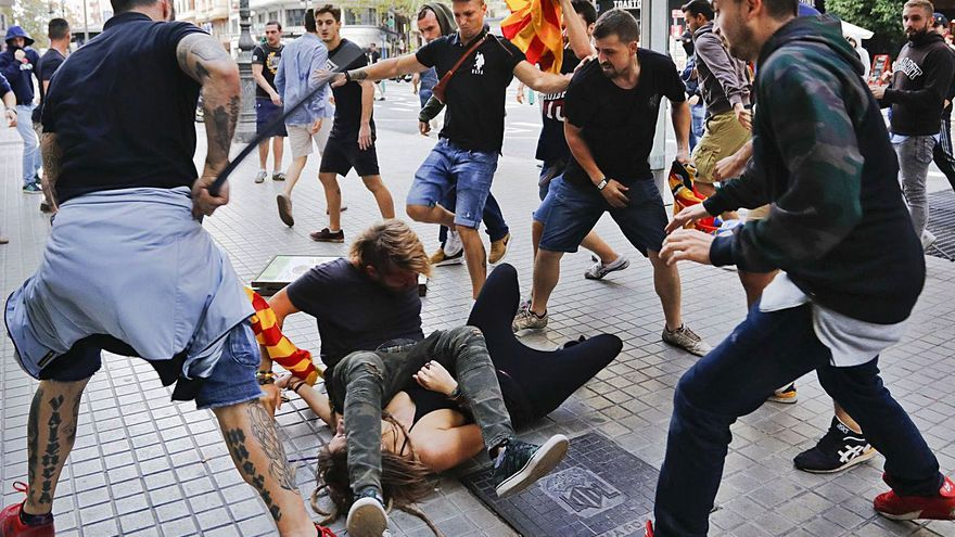 Procesan a 28 ultras por agredir a periodistas en el Nou d'Octubre