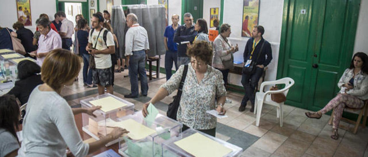Votaciones el pasado 24 de mayo en un colegio electoral de Arrecife.