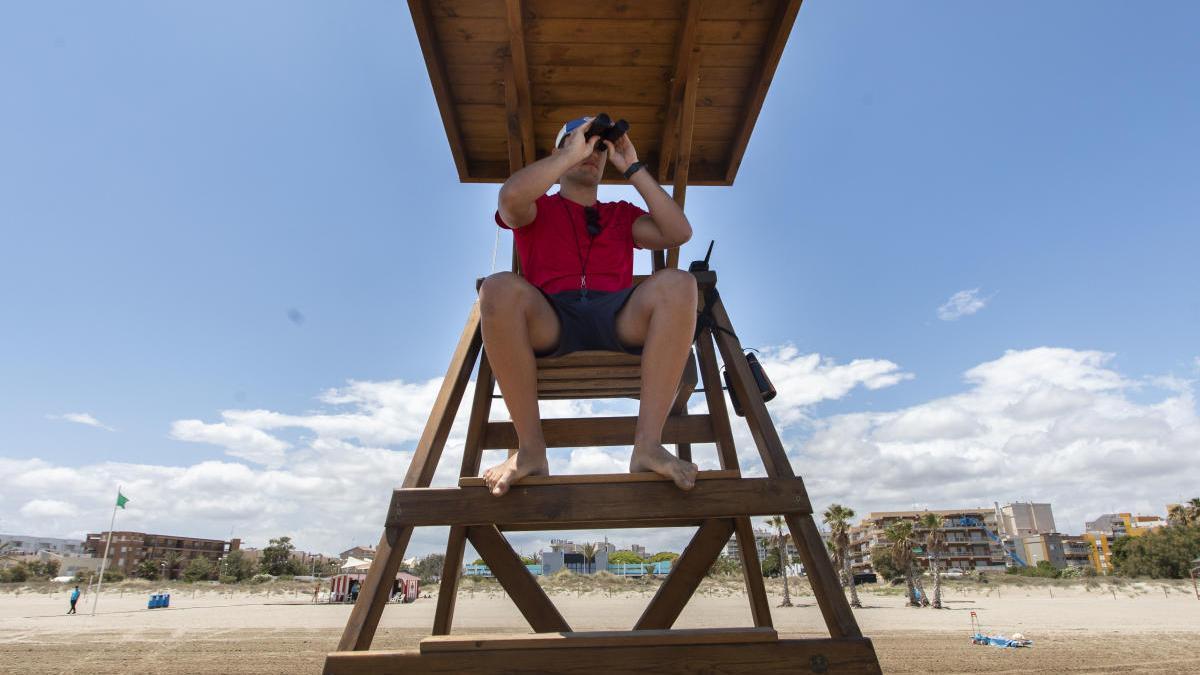 Un socorrista de canet, en una de las torres de vigilancia.