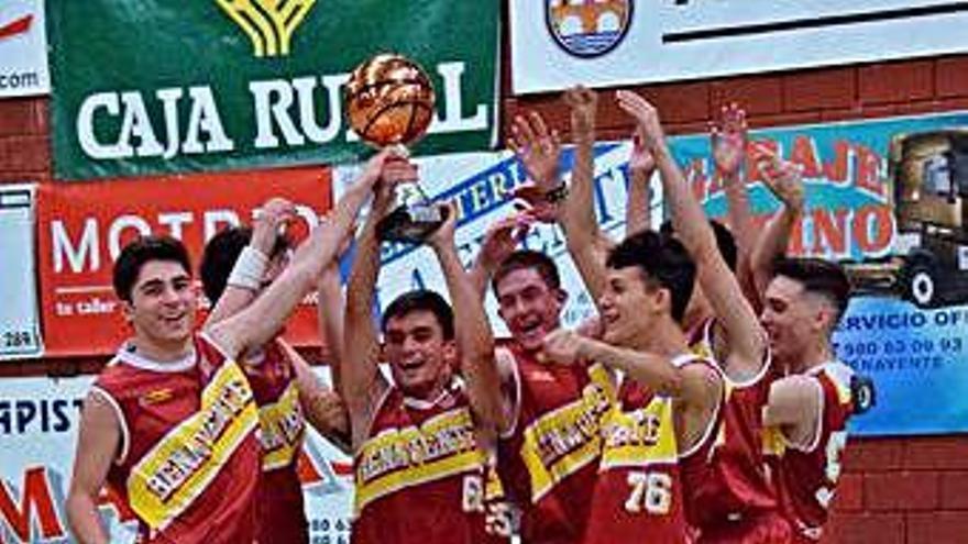 Los campeones levantan el trofeo de la liga.