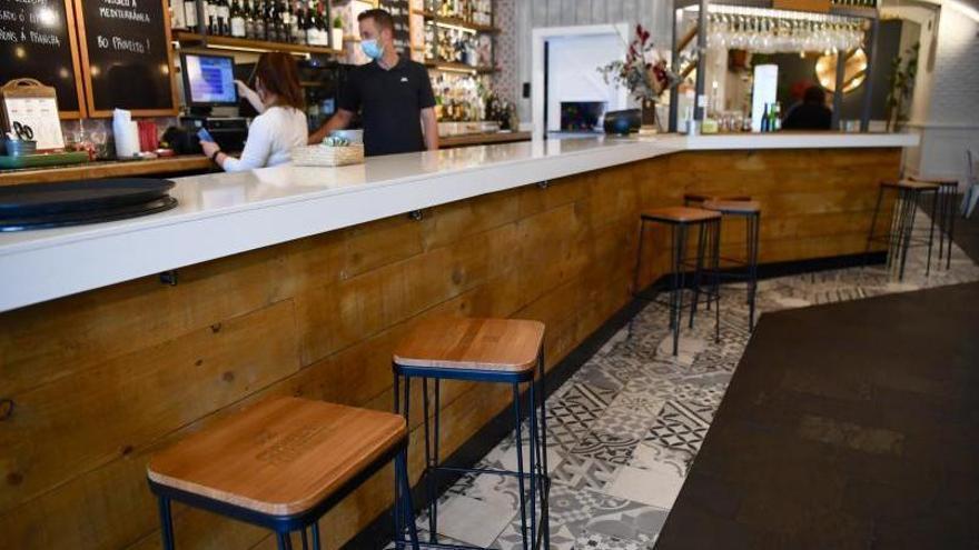 La Xunta ve bien que los clientes vuelvan a las barras de los bares pero con distancia