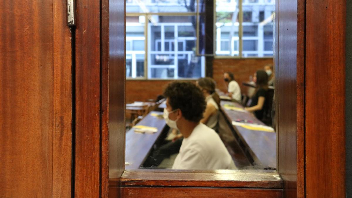 Un grup d'estudiants a la Facultat d'Economia i Empresa de la UB des de l'exterior de l'aula