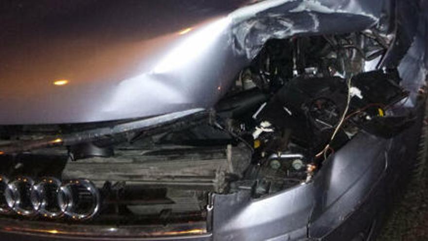 Un conductor begut xoca contra un cotxe aparcat i atropella la propietària en la fugida a Massanes