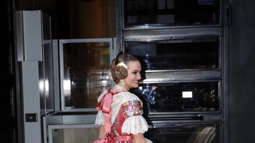 Consuelo Llobell, fallera mayor de València 2020, luce su exclusivo espolín en color Rosa Oporto