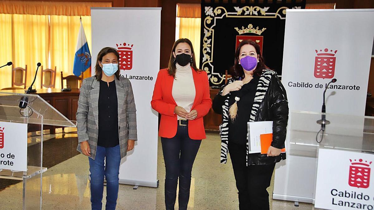 De izquierda a derecha, Celeste Callero, María Dolores Corujo y Manuela Armas, tras la reunión. | | LP/DLP