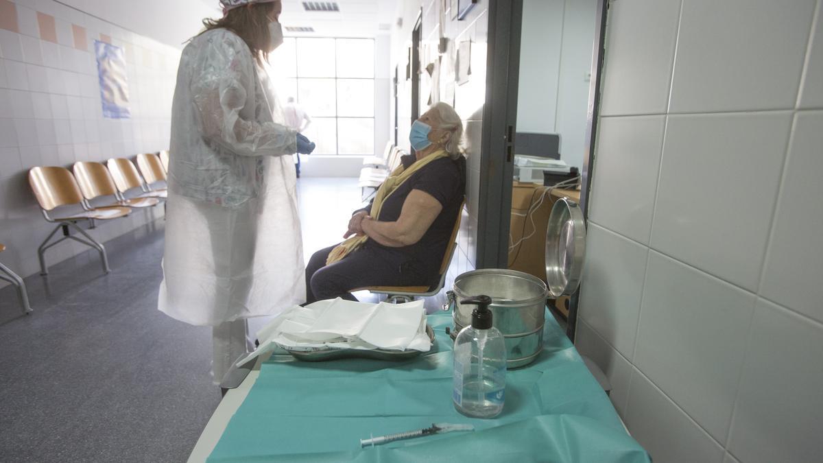 Vacunación de una mujer en un centro de salud de Alicante hace algunos días.
