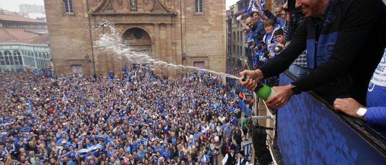 Arturo Elías celebra el ascenso a Segunda en 2015 en la plaza del Ayuntamiento de Oviedo.
