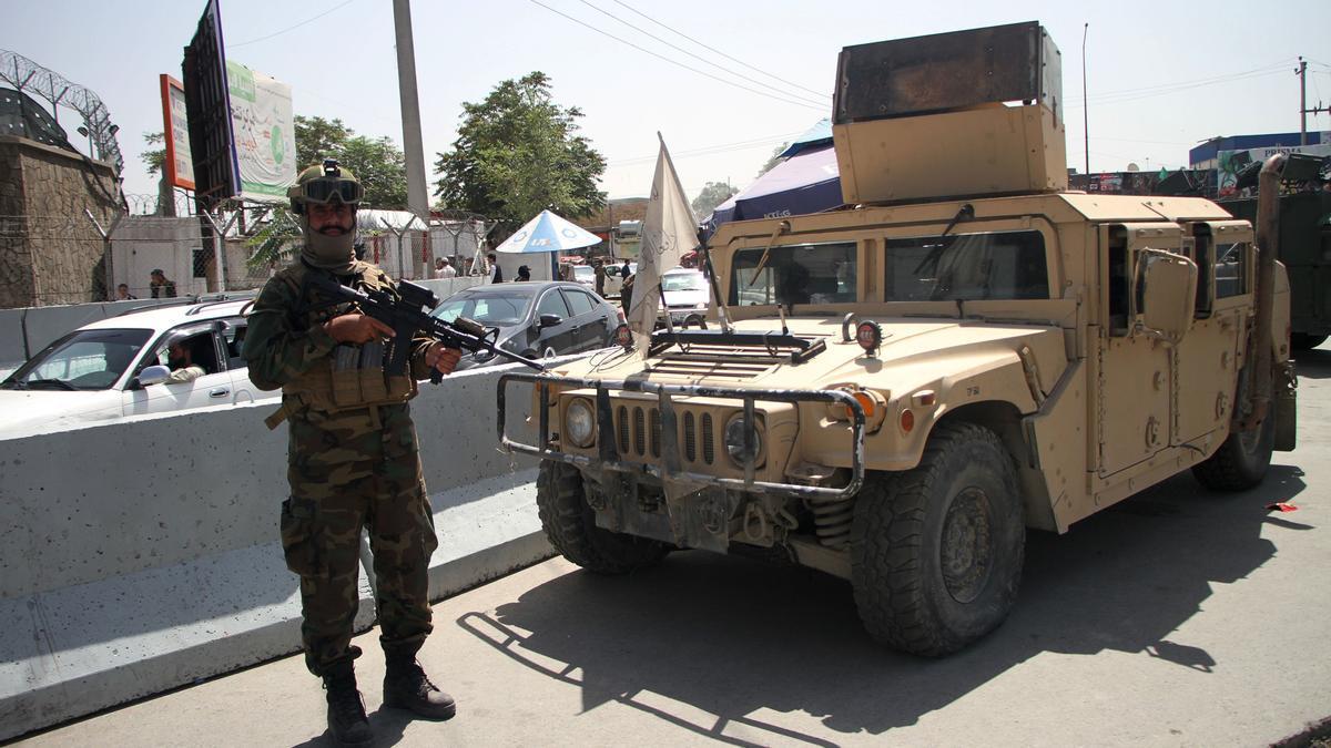 Miliciano talibán junto al aeropuerto de Kabul.