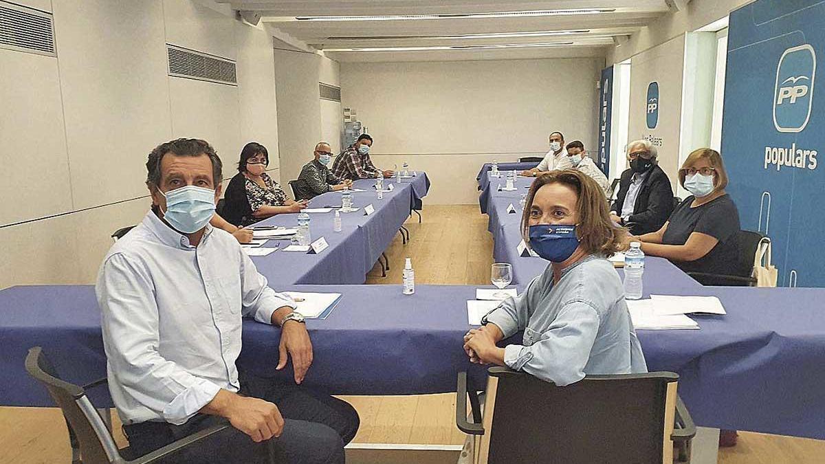 Cuca Gamarra junto a Biel Company durante el encuentro con el sector educativo, ayer en Palma.