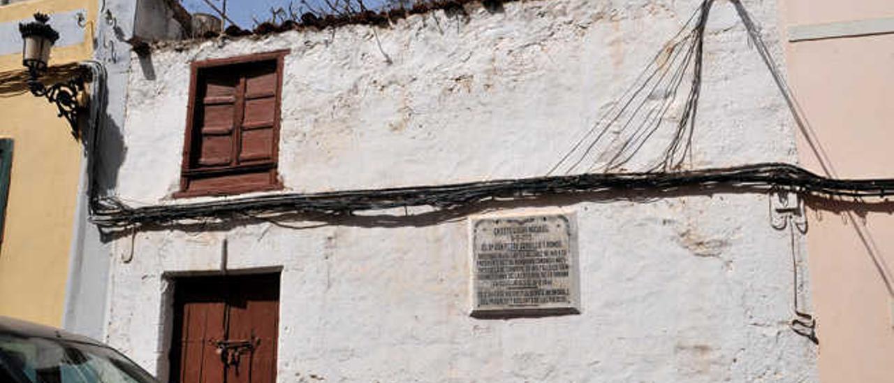 Fachada del inmueble, con el rótulo con la reseña del canónigo José Gordillo.