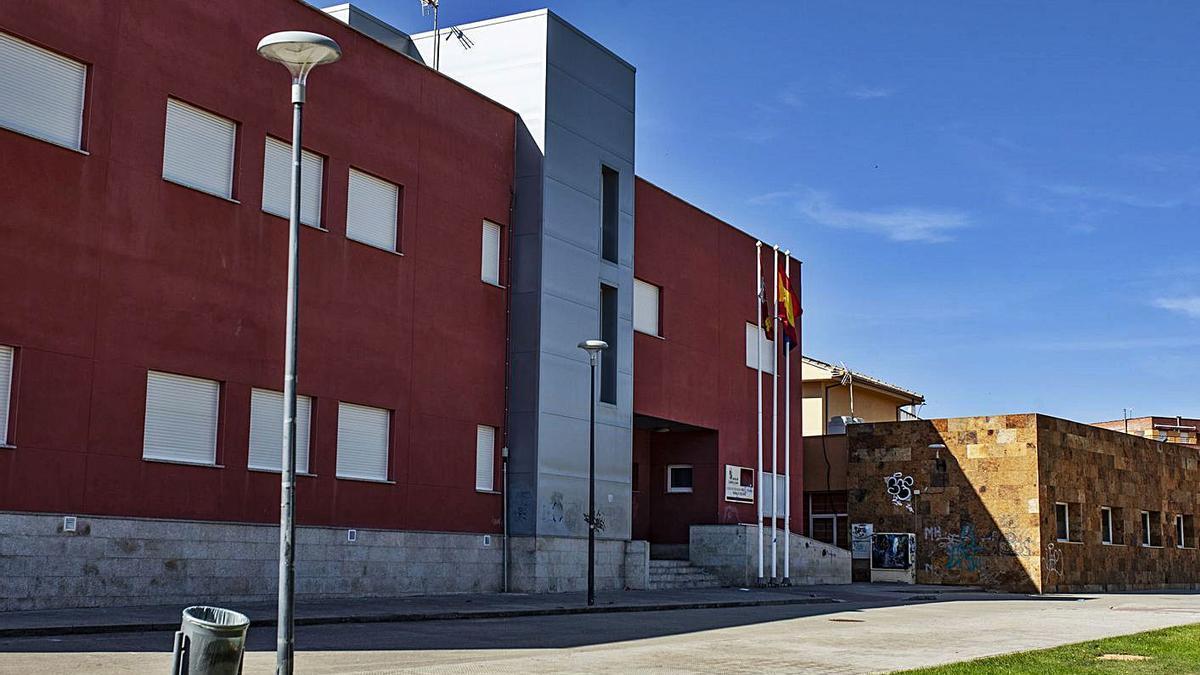 Arriba, entrada al colegio de Morales del Vino. A la izquierda, operarios ultiman los arreglos en el centro de Villaralbo. | Emilio Fraile y A. V.