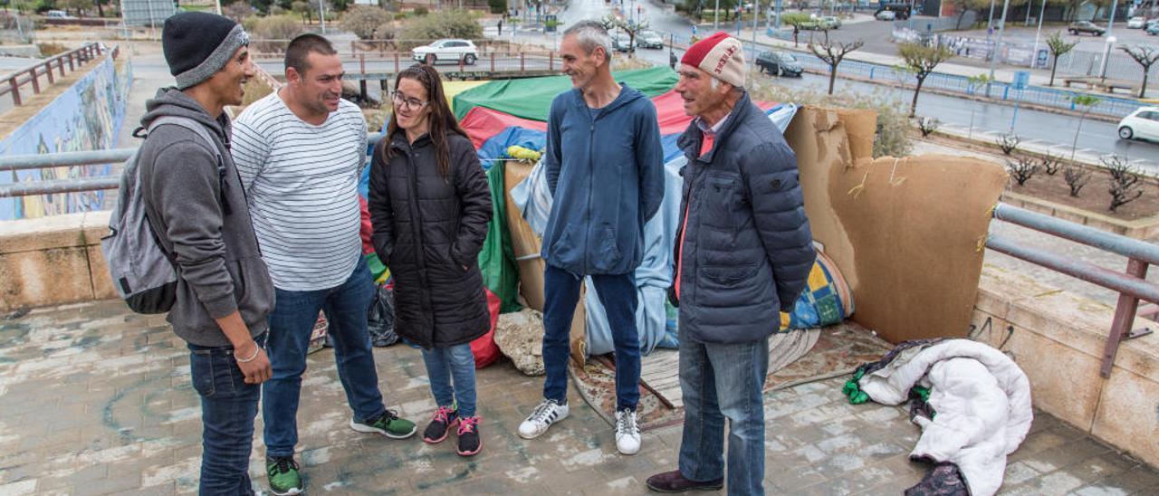 Sergio, Nah y otras personas sin hogar junto a un refugio improvisado en un lateral de la avenida Doctor Jiménez.