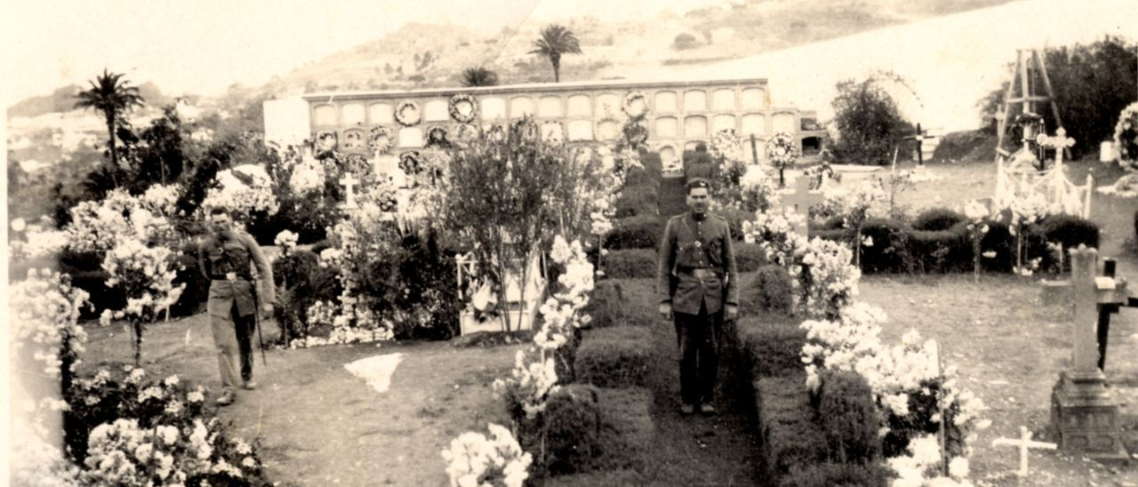 Dos policías municipales custodian el cementerio de Santa Brígida en los años treinta del siglo pasado.