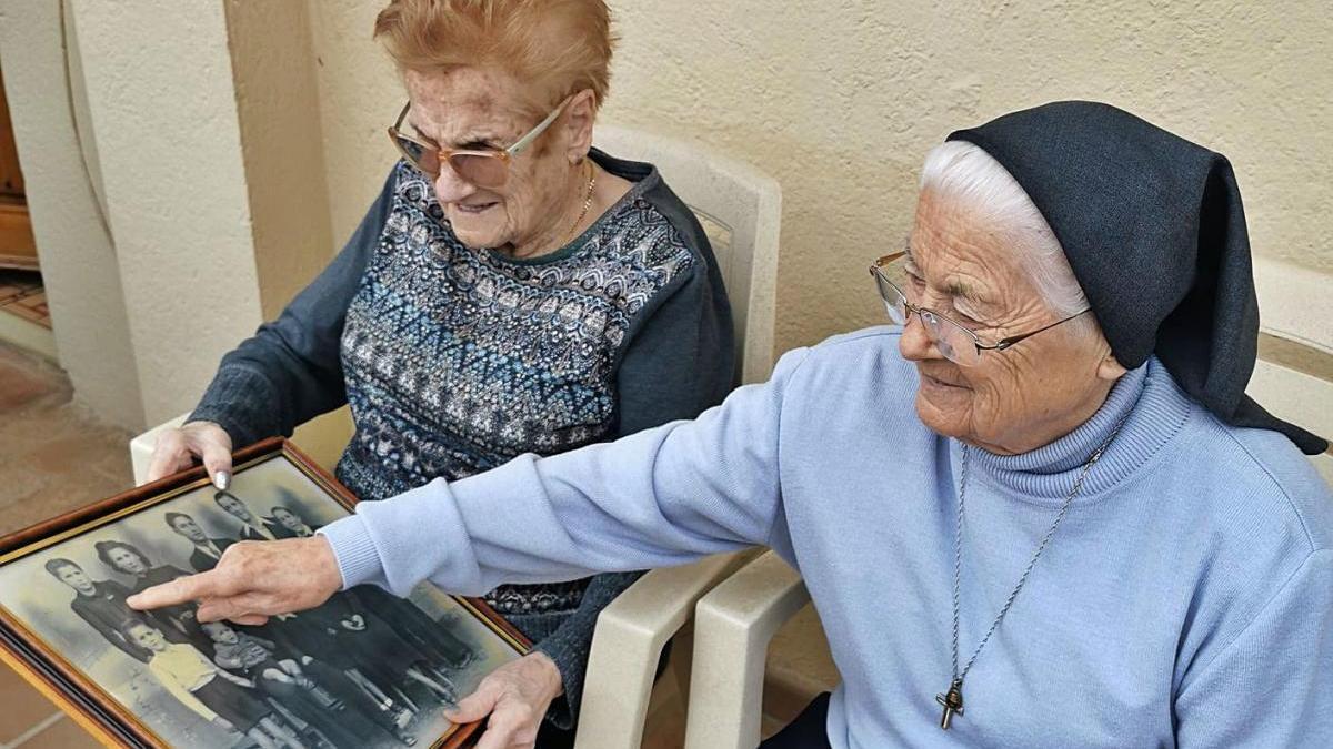 Remei Pujol, monja dominica, a Navàs amb la seva germana Maria i una foto de família del 1942