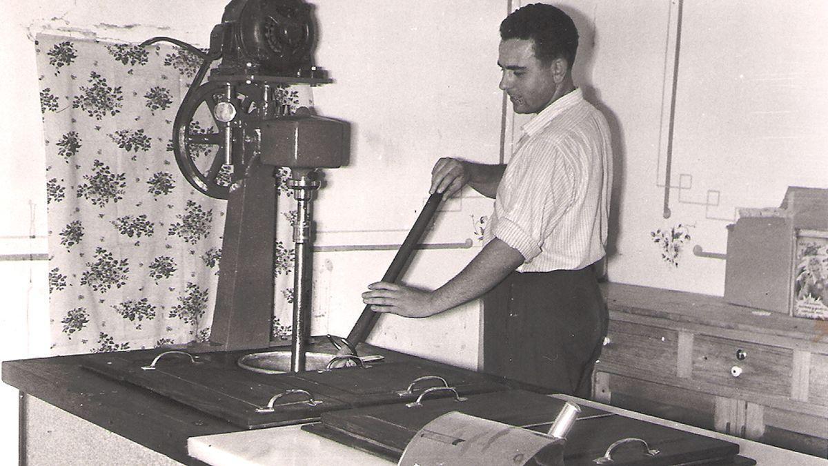 Antonio Miquel en el obrador de Dénia en 1956