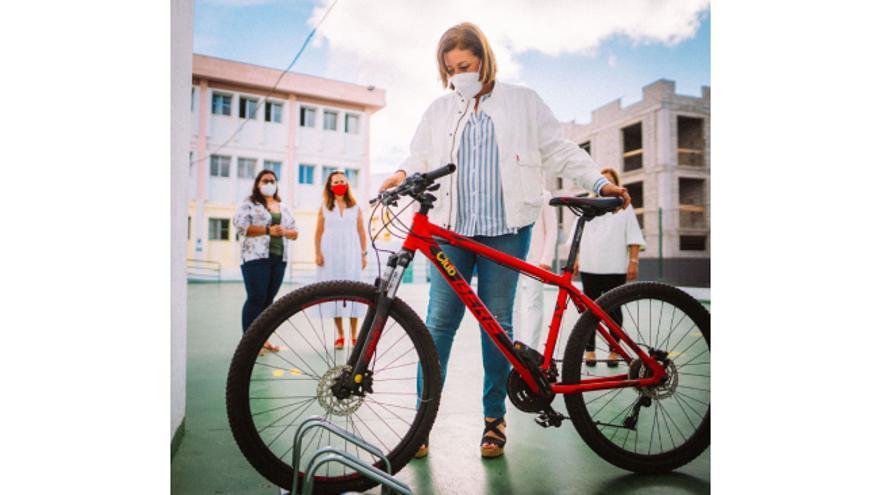 El Ayuntamiento instala aparcamientos para bicicletas en los colegios y playas de Arrecife