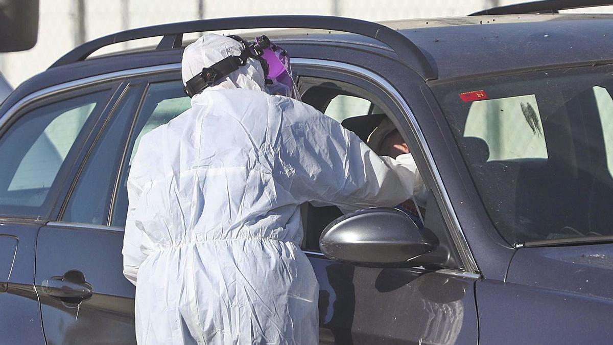 Un sanitario realiza un test PCR, en una imagen de archivo. | F. CALABUIG