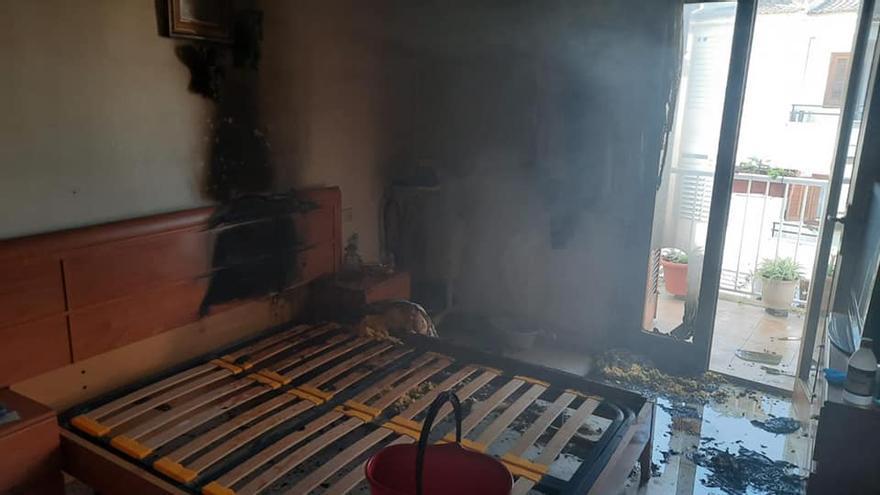 Un anciano discapacitado de 90 años, herido al arder el colchón de su cama en el Port d'Alcúdia