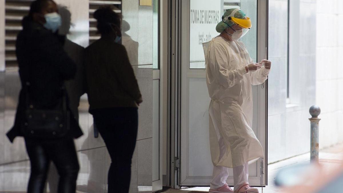 Pacientes esperan para someterse a las pruebas de Covid-19 en  un hospital de Galicia