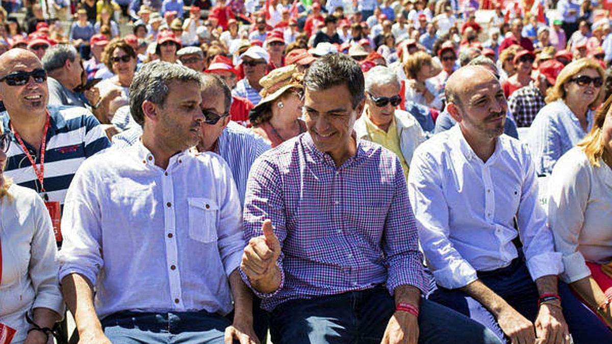 Ignacio López y Jorge Gallardo rodean a Pedro Sánchez en un mitin celebrado en Cártama.