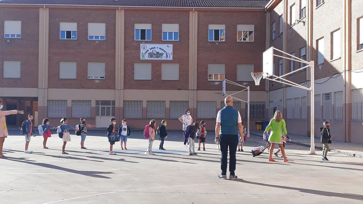 Alumnos de Primaria en el inicio del curso escolar en el colegio Virgen de la Vega.