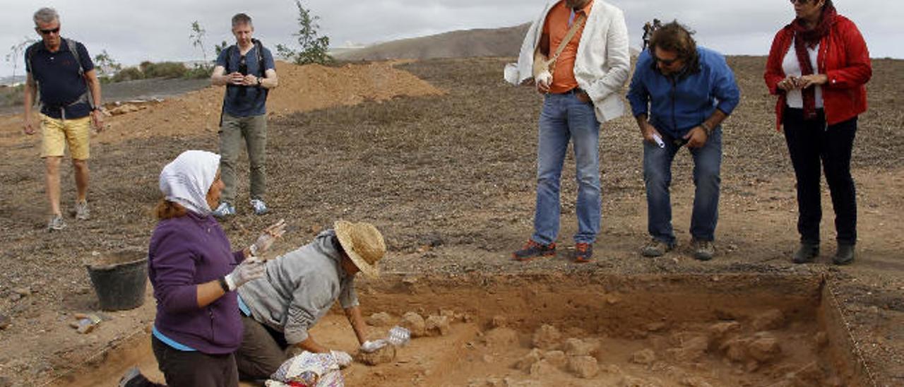 Pedro San Ginés, Marcos Moreno y Carmen Rosa Márquez junto a la excavación en la que hallaron los bebés.