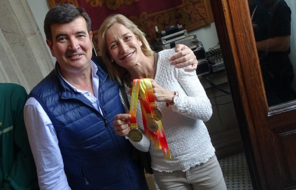 Fernando Giner, con la atleta Eva Gadea, especilista en salto de longitud master