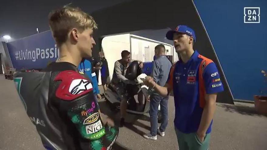 Fabio Quartararo le cuenta un par de trucos a Iker Lecuona sobre la KTM