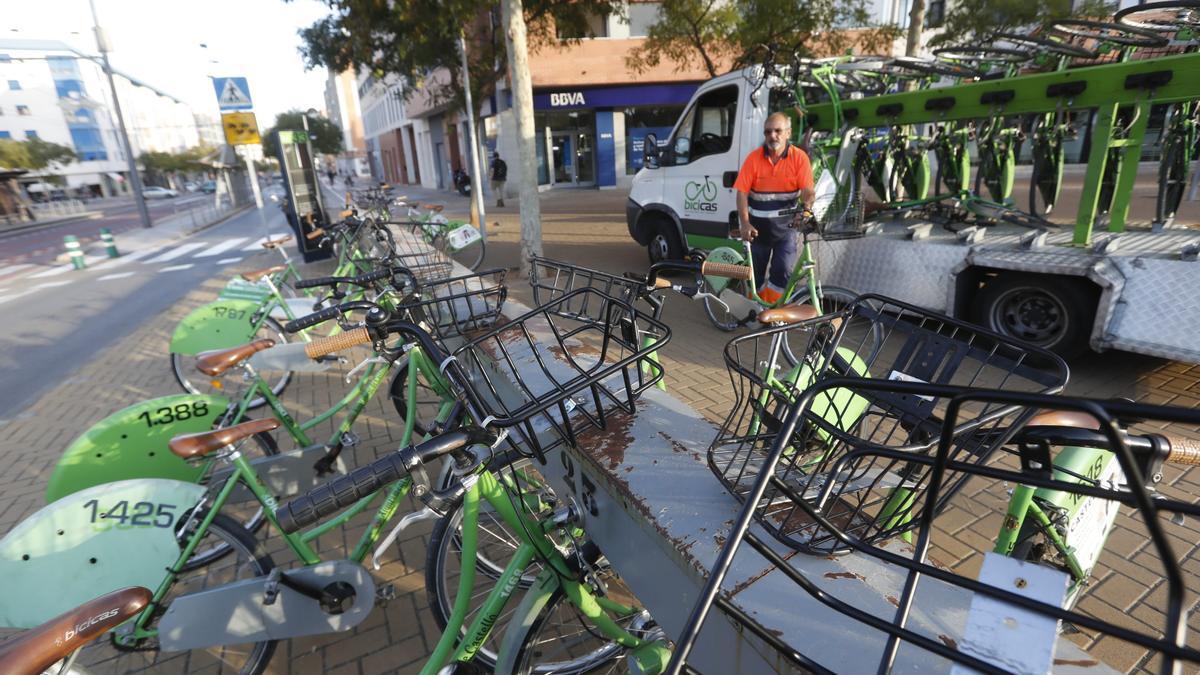 Imagen de archivo de una bancada con varias bicicletas que forman parte del servicios de Bicicas de Castelló.