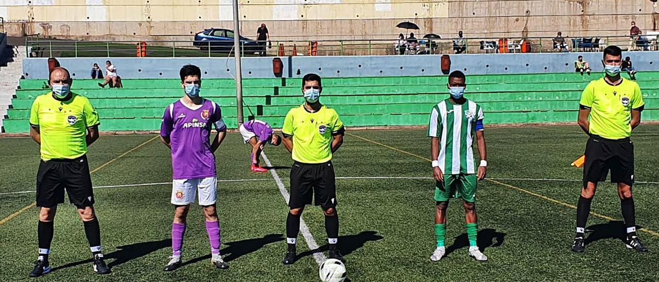 Capitanes y trío arbitral con mascarillas en el choque Sobradillo-Juventud Laguna de División de Honor juvenil, en Tenerife.     LP/DLP