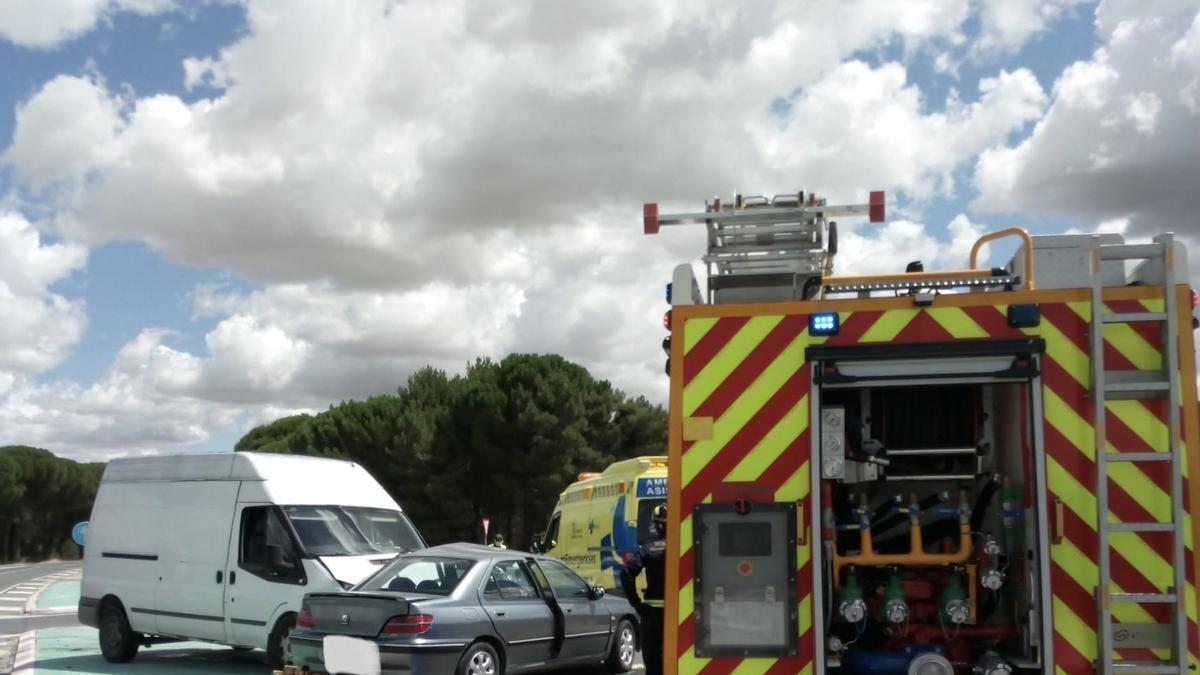 Una fallecida y dos heridos en una colisión entre un turismo y una furgoneta en la VA-333 en Íscar (Valladolid).