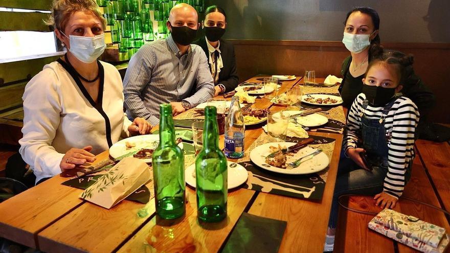 La alegría llega al interior de la hostelería: así ha sido el primer servicio de cenas tras más de un año de restricciones