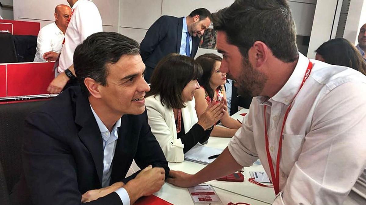 Fagúndez charla con Pedro Sánchez durante una reunión del comité federal antes del COVID. | Cedida