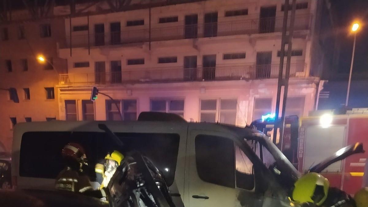 Bomberos de la Diputación de Huesca extinguen un incendio en dos vehículos aparcados en Fraga.