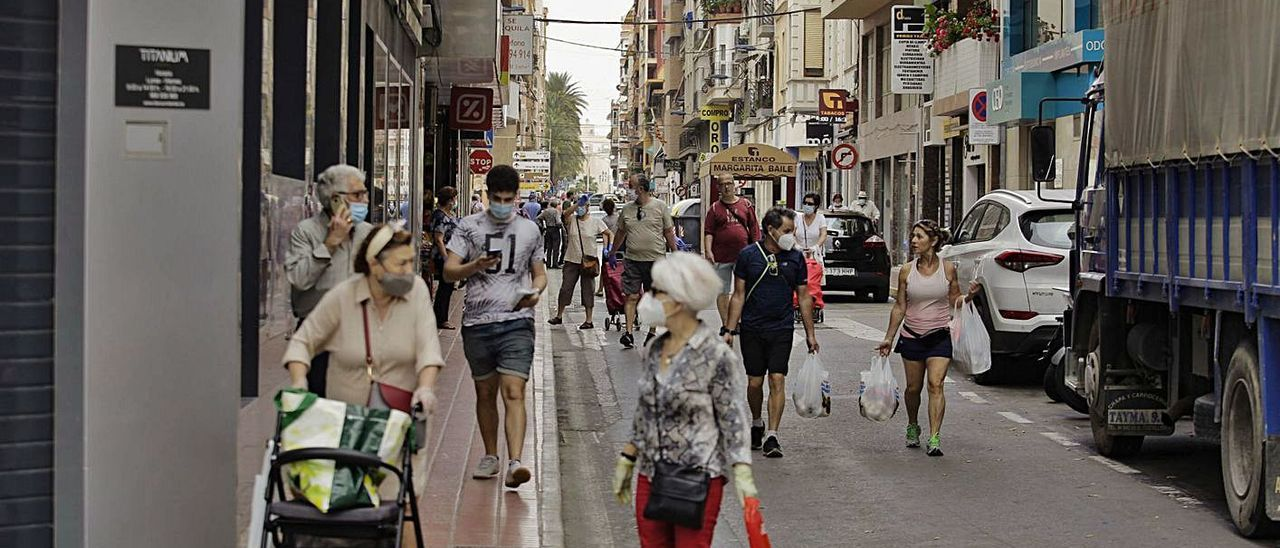 Vecinos paseando por Santa Pola  durante la pandemia de coronavirus.