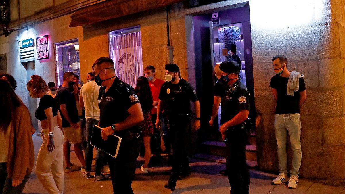 Agentes de la Policía Local controlan el ocio nocturno.