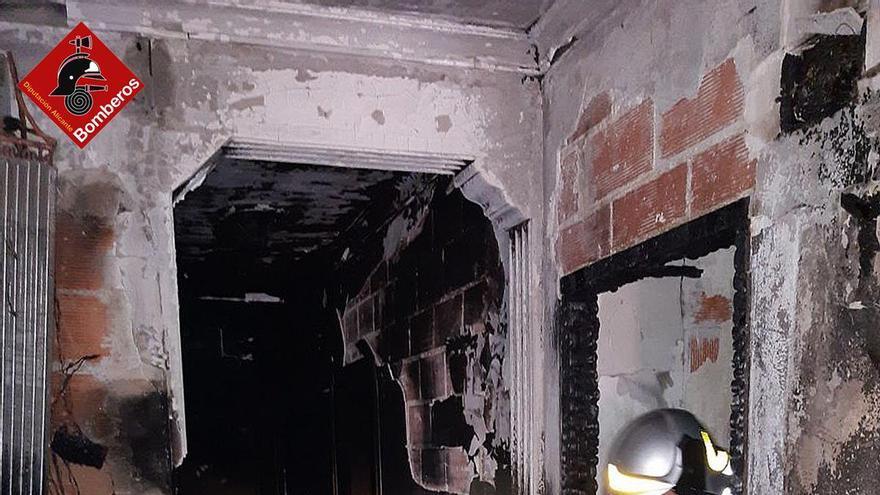 Vecinos rescatan por la ventana a un hombre atrapado en el incendio de una vivienda de Orba
