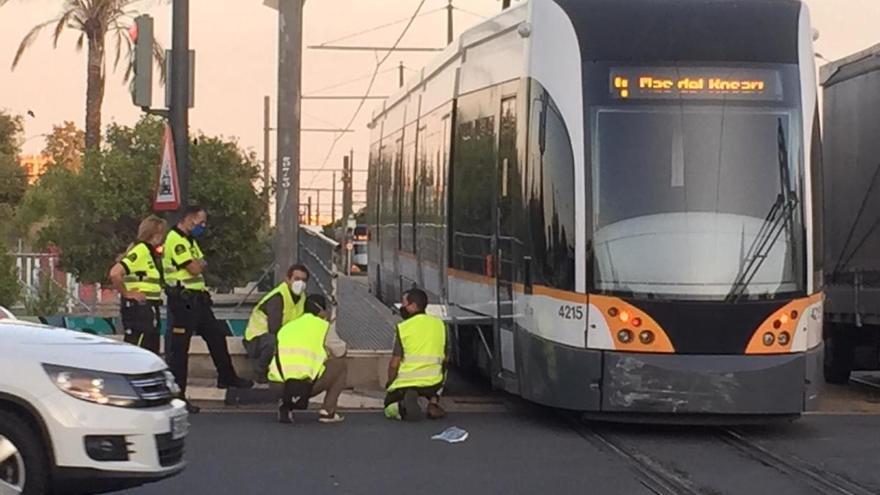 El impacto de un coche hace descarrilar un tranvía en València