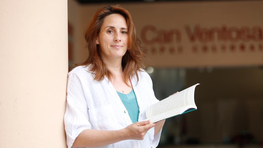Elena Llorente: «En 'Una de cal y otra de karma' hay amor, sexo y drogas y la isla de Ibiza es un personaje más»