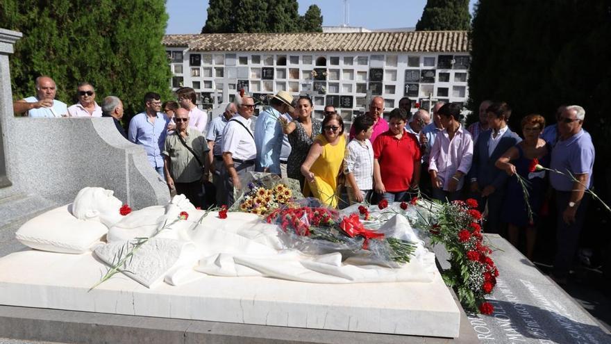 Lluvia de claveles rojos en el mausoleo de Manolete
